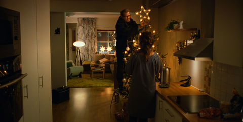 home-for-christmas_stills_knut_fixing-the-star.jpg